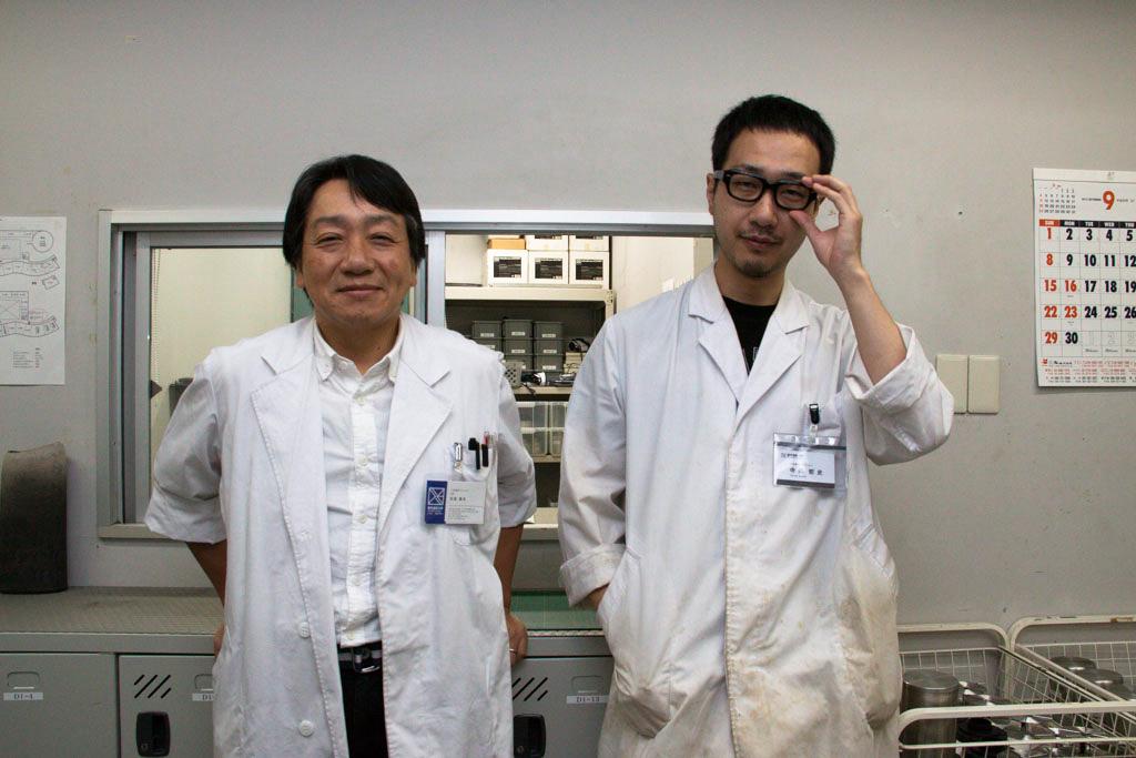 左、安部雅彦さん。写真専攻の学生が機材を借りるときにいつもお世話になっている。学生にとってはお父さん的存在。